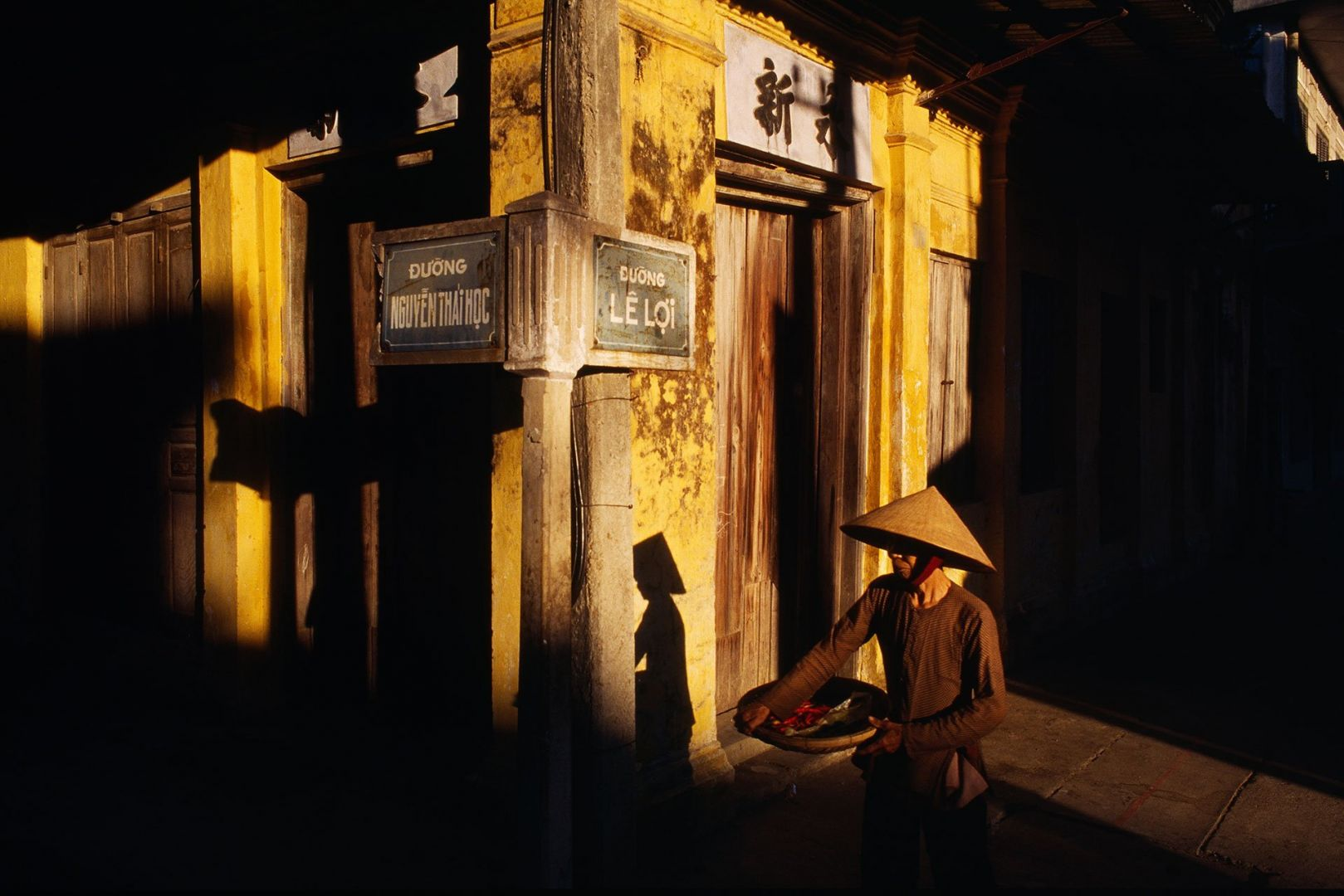 Street corner in Hoi An, Vietnam - Photography by Hans Kemp